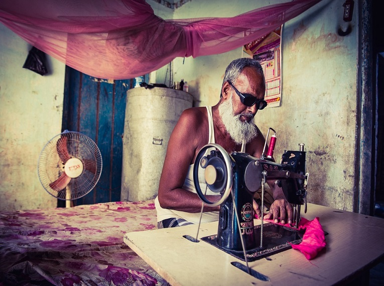 A simple stitch less cataract surgery makes this man stitch together his dreams again!